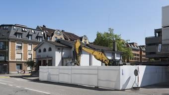 Neben dem Kulturhaus Royal klafft jetzt eine Lücke Die Villa Schnebli musste einer Zufahrt weichen.