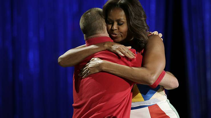 Hinder Far From Close Michelle Obama lobt ge...
