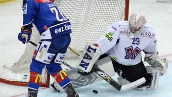 Der Zürcher Ryan Keller scheitert an Biels Goalie Simon Rytz