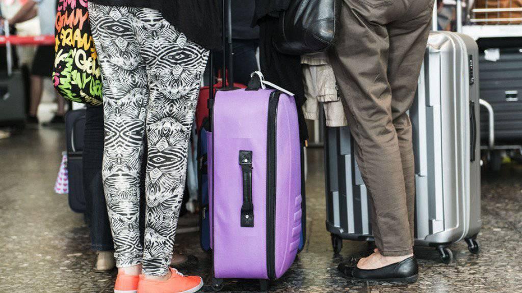 Warteschlange am Flughafen Zürich: Schweizerinnen und Schweizer verreisen zunehmend im Herbst. (Archiv)