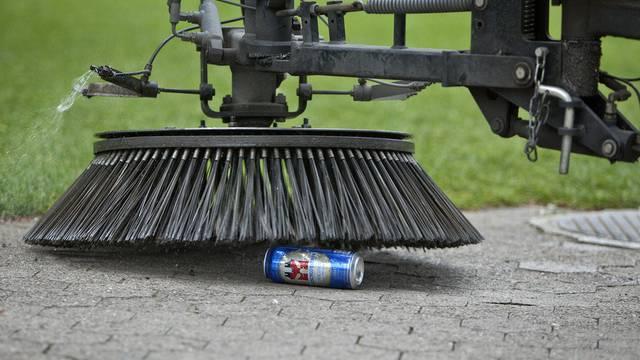 Ein Mitarbeiter der Stadtreinigung ERZ reinigt eine Parkanlage in Zürich (Symbolbild)