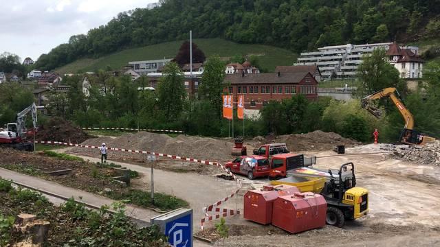 Die Baustelle im Bäderquartier dehnt sich aus: So sieht es aktuell am Badener Limmatufer aus.