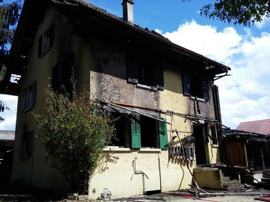 Ein trauriger Anblick: Bauernhaus und Stall sind zerstört.