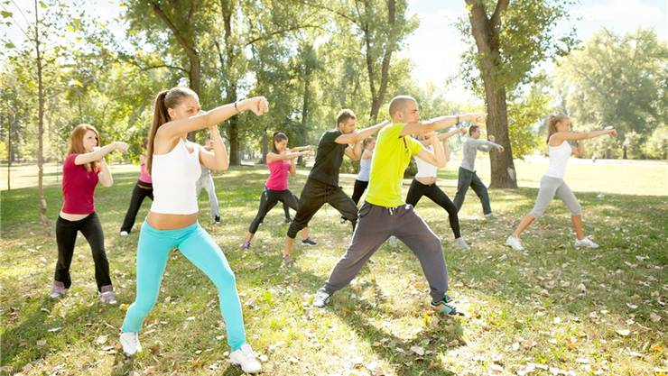 Junge Menschen trainieren in einem Park