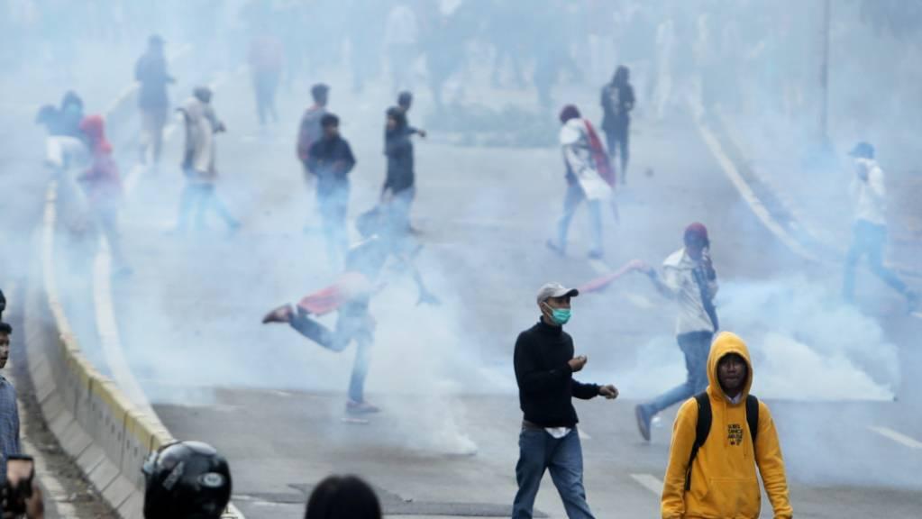 Tränengaswolke in der indonesischen Hauptstadt Jakarta. Dort sind Studentenproteste erneut von den Sicherheitsbehörden zerschlagen worden.