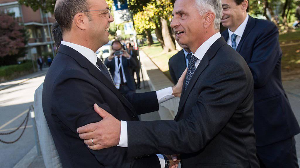 Bundesrat Didier Burkhalter (rechts) begrüsst den italienischen Aussenminister Angelino Alfano (links) in Lugano.