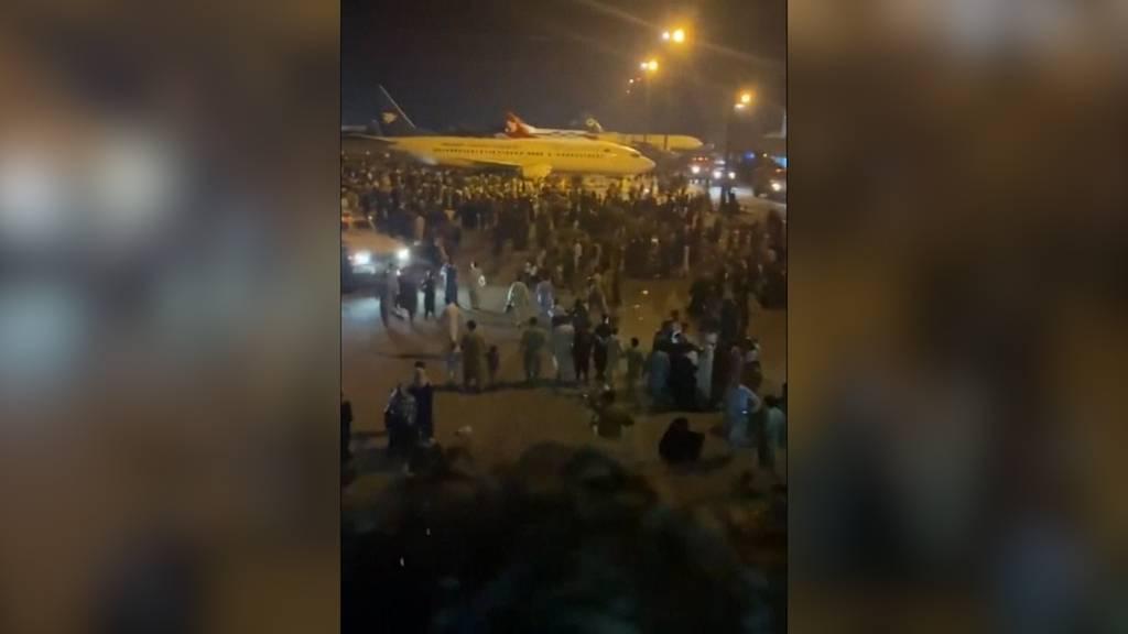 Chaos in Kabul: Menschen flüchten zum Flughafen