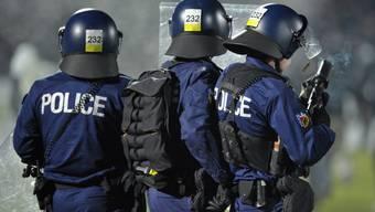 Polizisten schiessen Tränengäspetarden