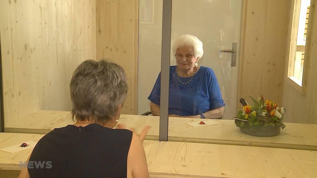 Besucherbox gegen Corona-Isolation im Altersheim
