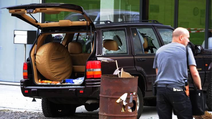 Die Polizisten finden das totale Chaos vor: Der völlig demolierte Cheep Cherokee vor dem Firmengebäude der Feronato AG.