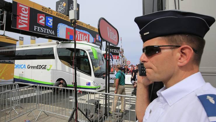 Chaos pur: Kurz vor dem Sprint sorgt ein Teambus in der ersten Etappe in Korsika für Furore