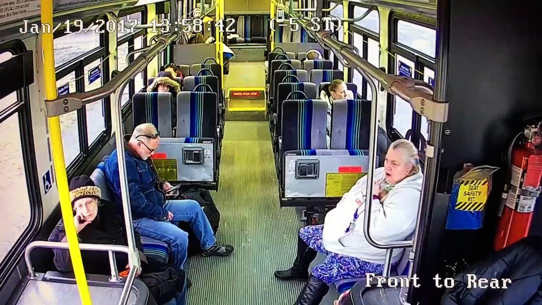 Syracuse, NY: Ein Pick-up-Truck fährt seitlich in einen Bus.