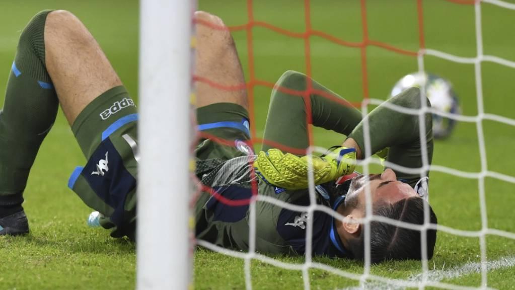Cican Stankovic am Boden: Der Salzburger Goalie verletzt sich hier im Match gegen Napoli.