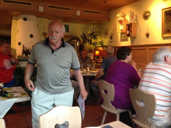 Max Bürgis schreitet zu Tisch.