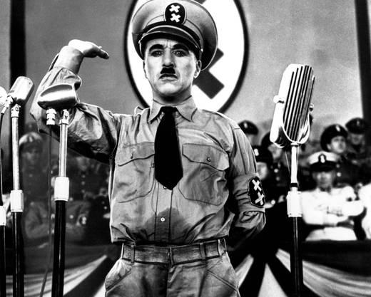 Wenn er gewusst hätte, wie menschenverachtend das Hitler-Regime wirklich war, hätte er den Film nicht gemacht, sagte Chaplin später. Er tritt in beiden Rollen auf: als Diktator Adenoid Hynkel und als kleiner jüdischer Friseur im Getto. Im Film werden die beiden auch verwechselt. Hynkels Tanz mit der Weltkugel ist Chaplins berühmteste Szene. Bemerkenswert auch: In seinem ersten Nicht-Stummfilm lässt Chaplin den Diktator ein unverständliches Kauderwelsch sprechen («Schtonk!»).
