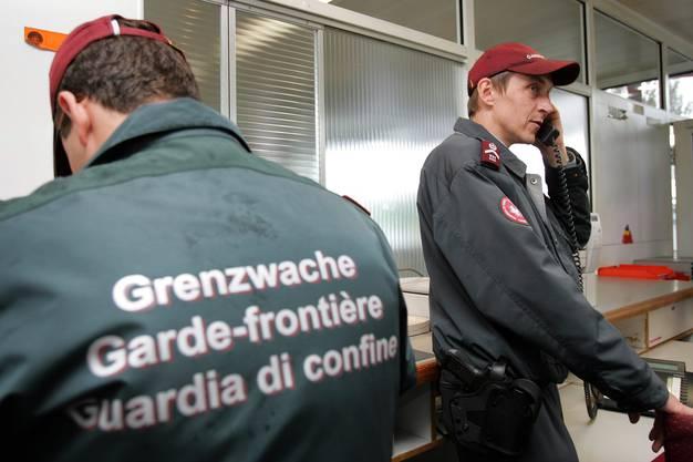 2005 – Ja zu Bilateralen II: Ab Juni 2002 verhandelten die Schweiz und die EU zehn weitere Dossiers, darunter etwa das Assoziierungsabkommen Schengen/Dublin, die Zinsbesteuerung (heute automatischer Informationsaustausch) und die Bildung. Am 26. Oktober wurden diese Verhandlungen, die als Bilaterale II bekannt sind, unterzeichnet. Das fakultative Referendum wurde nur gegen Schengen/Dublin ergriffen. Am 5. Juni 2005 nahm das Volk die Vorlage mit 54,6 Prozent Ja an.