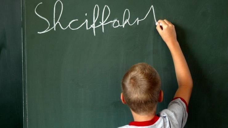 Noch nicht alles richtig: Schüler beim Schreibversuch an der Wandtafel.