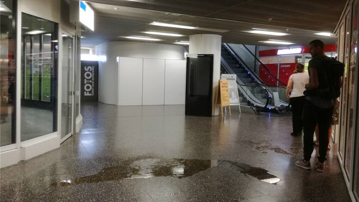 Die Passanten im Neumarkt 1 staunen am Dienstag nicht schlecht über den kleinen Wasserfall im ersten Untergeschoss. cm