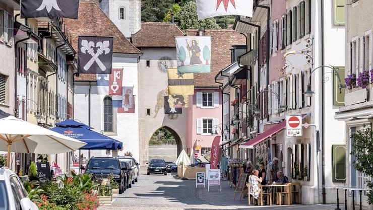 In der Laufner Altstadt haben derzeit viele Beizen rausgestuhlt.
