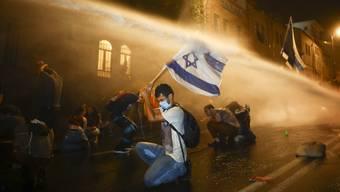 Wasserwerfer gegen Wut: Viele Israelis lassen sich von der Polizei nicht abschrecken.