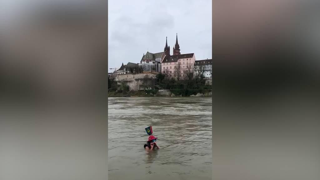 Basler Fasnacht: Soloauftritt im Rhein