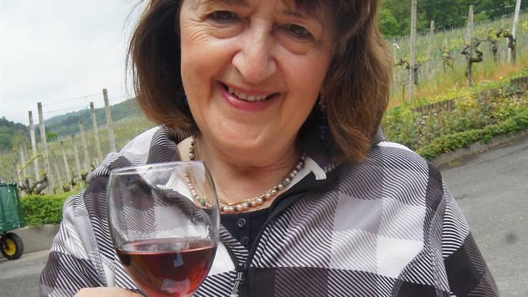 Lis Heusser (61), Unterengstringen: «Der 1. Mai ist für mich und meinen Mann stets ein wunderbarer Tag. Die Natur blüht so herrlich und jetzt kommt auch noch die Sonne. Als Weinliebhaberin komme ich seit rund 20 Jahren zum Weinbauer Vogler. Jetzt trinke ich gerade einen Blauburgunder Barrique Auslese, der wirklich ausgezeichnet schmeckt.»