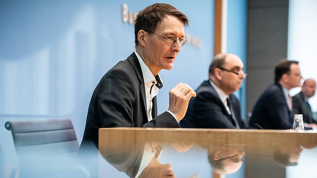 Karl Lauterbach (SPD, l), Gesundheitsexperte, spricht neben Jens Spahn (CDU, 2.v.r), Bundesminister für Gesundheit, und Lars Schaade (2.v.l), Vizepräsident des Robert Koch-Instituts (RKI), zur aktuellen Coronalage und dem weiteren Vorgehen bei den Impfungen.