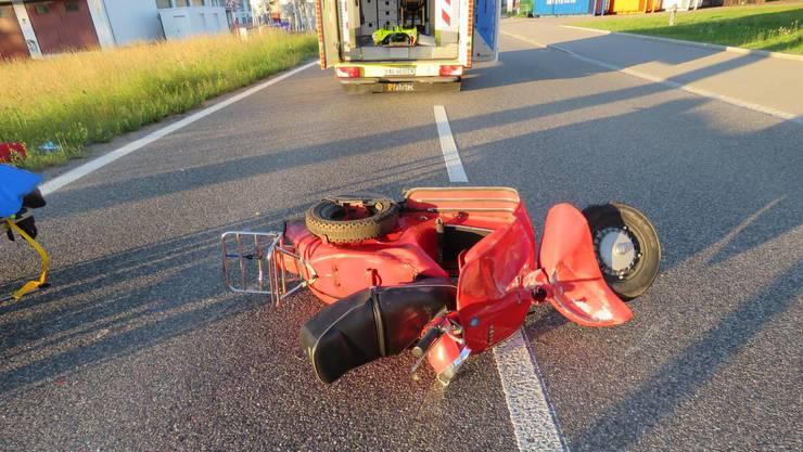 Der 49-jährige Vespa-Fahrer kollidierte frontal mit einem Kandelaber und wurde schwer verletzt ins Wiesland geschleudert.