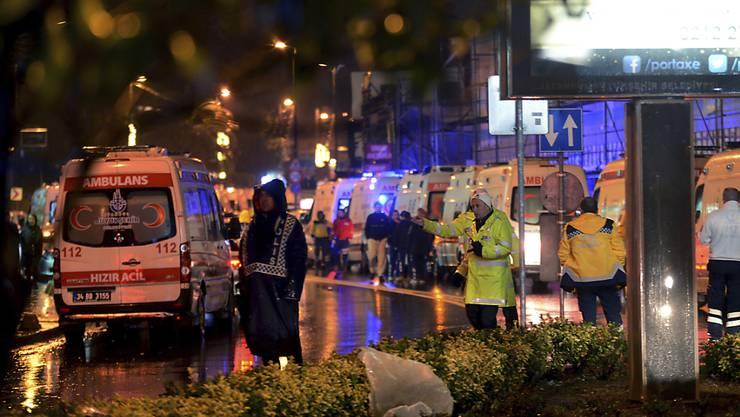Nach der Tat in der Silvesternacht: Dutzende Ambulanzen stehen bereit, um Opfer eines Anschlags auf einen Nachtclub in Istanbul zu versorgen.