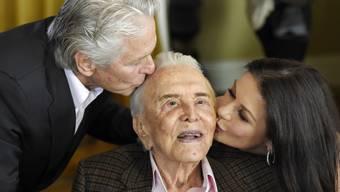 """""""Ich vermisse Dich jetzt schon"""": Die britische Schauspielerin Catherine Zeta-Jones (rechts) trauert um ihren verstorbenen Schwiergervater, Hollywood-Legende Kirk Douglas (Mitte)."""