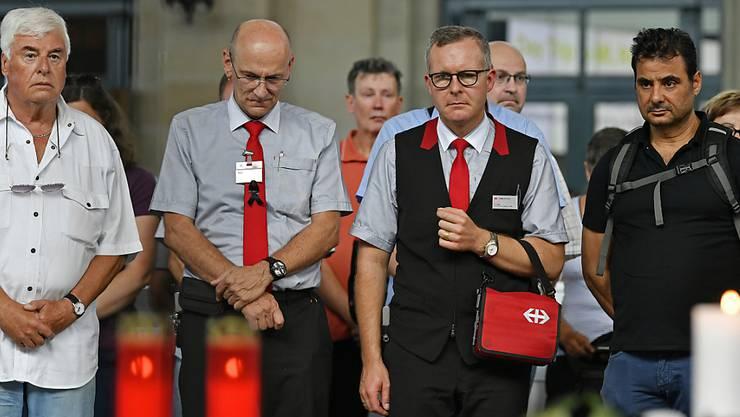 Hunderte Menschen versammelten sich im Zürcher Hauptbahnhof für eine Schweigeminute für den getöteten Zugchef.