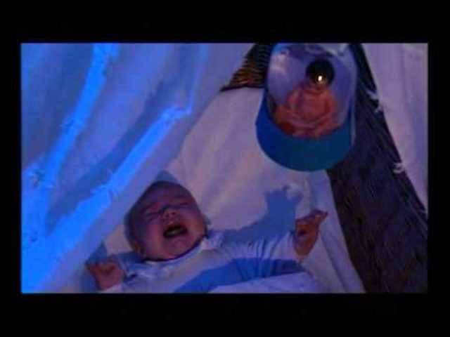 Schüttle nie ein Baby – dieses Präventionsvideo warnt vor dem Schütteltrauma.