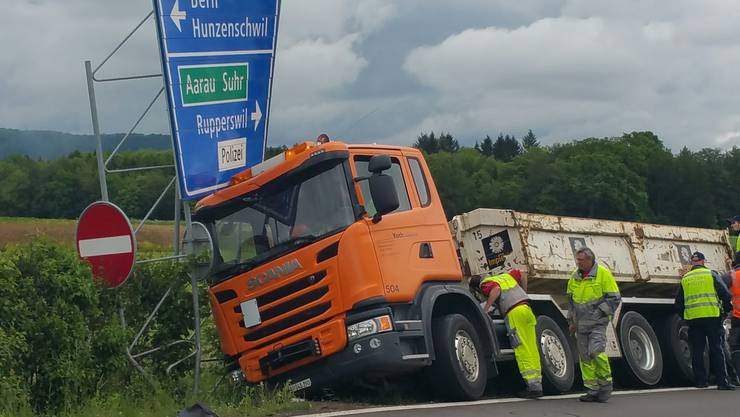 Der Lastwagen kam am Donnerstagvormittag auf der Autobahnausfahrt Aarau Ost von der Strasse ab.