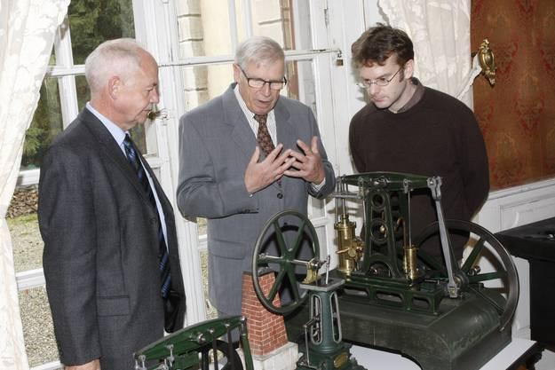 Felix Strässle (CEO Regio Energie), Heinz Uhlmann, der bei der Restauration der Objekte mitwirkte, und Erich Weber (Konservator Museum Blumenstein) (Foto: Andreas Kaufmann)