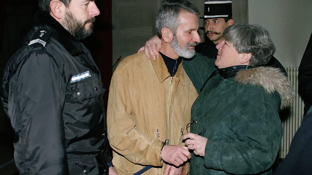 Walter Stürm stand am 20. Dezember 1995 vor dem Appellationsgericht in Colmar, Frankreich. Das Bild zeigt ihn umgeben von Sicherheitskräften mit seiner Schweizer Rechtsanwältin Barbara Hug. (Archivbild)