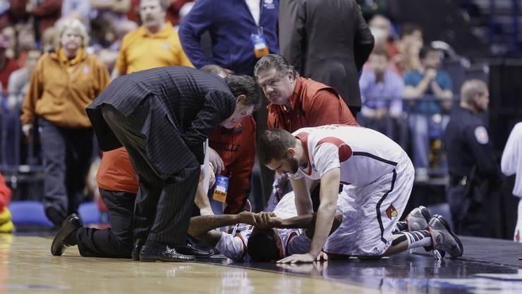 Teamkamerade hält die Hand des gestürzten Kevin Ware