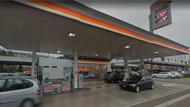 In dieser Coop pronto Tankstelle in Wettingen bedrohten zwei Täter den Angestellten mit einem Messer.
