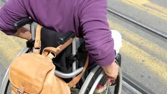 Für Rollstuhlfahrer gibt es viele Hindernisse zu überwinden – ihre Situation soll nun in beiden Basel mit Verfassungs-Initiativen verbessert werden.