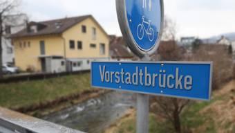 Frisch getauft: Die Brücke bei der Reppisch auf Höhe der Kirchstrasse heisst nun offiziell Vorstadtbrücke.