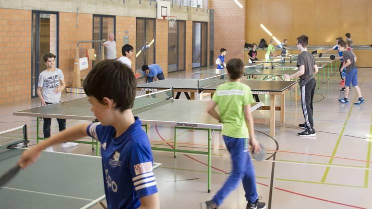 Volle Halle: Mit viel Einsatz nehmen die Kinder am Ferienspass-Anlass der Senioren-Tischtennisgruppe teil.
