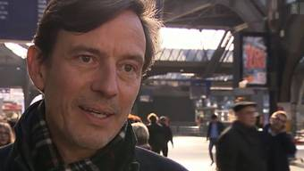 Auch in hektischen Situationen muss ein Mediensprecher gelassen bleiben:Daniele Pallecchi gibt dem Schweizer Fernsehen Auskunft. screenshot