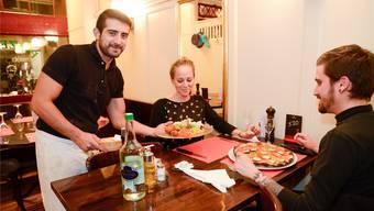 Deniz Elmas vom «Türk» serviert «Fitnesspower mit gemischtem Salat und vegane Pizza Pinocchio».