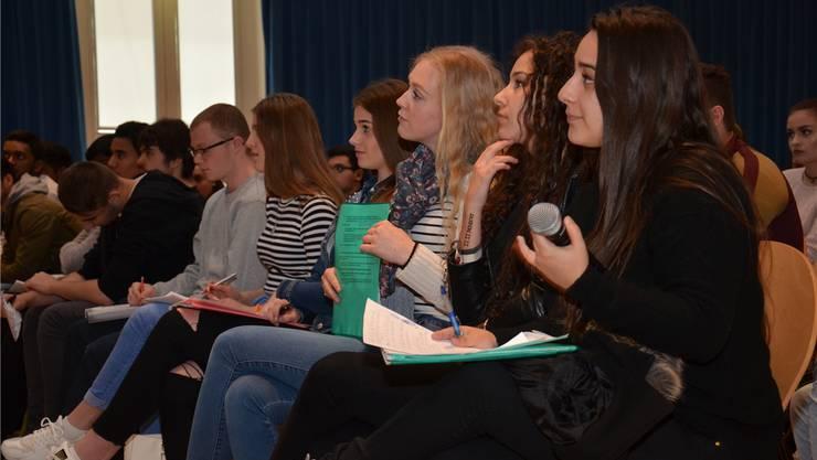 Die Schülerinnen der Kantonalen Schule für Berufsbildung hören sich an, was die Nationalräte auf ihre Frage erwidern. Fabio Vonarburg
