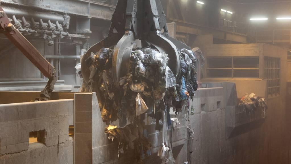 Ein Krangreifer befüllt in der Kehrichtsverbrennungsanlage eine Ofenlinie mit Müll. Die Hälfte des Unrats ist Biomasse, also geeignet für die Negativemissionstechnologie BECCS. Dabei wird anfallendes CO2 unterirdisch gespeichert - eine laut ETH hocheffiziente Form des Klimaschutzes (Archivbild).