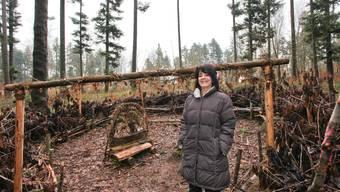 Michèle Koch im geplanten Zunzger Waldkindergarten. (Bild: Lucas Huber)