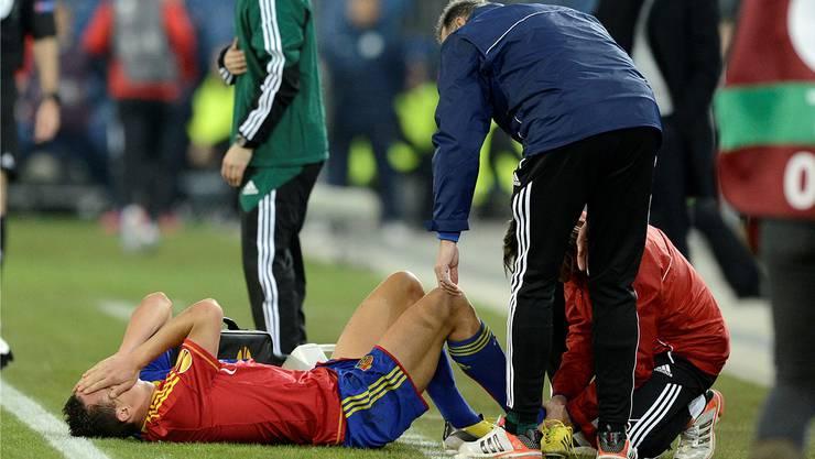 David Degen wird nach seinem Bänderriss am Spielfeldrand behandelt.