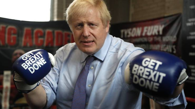 Der britische Premierminister Boris Johnson präsientiert sein Wahlkampfmotto.