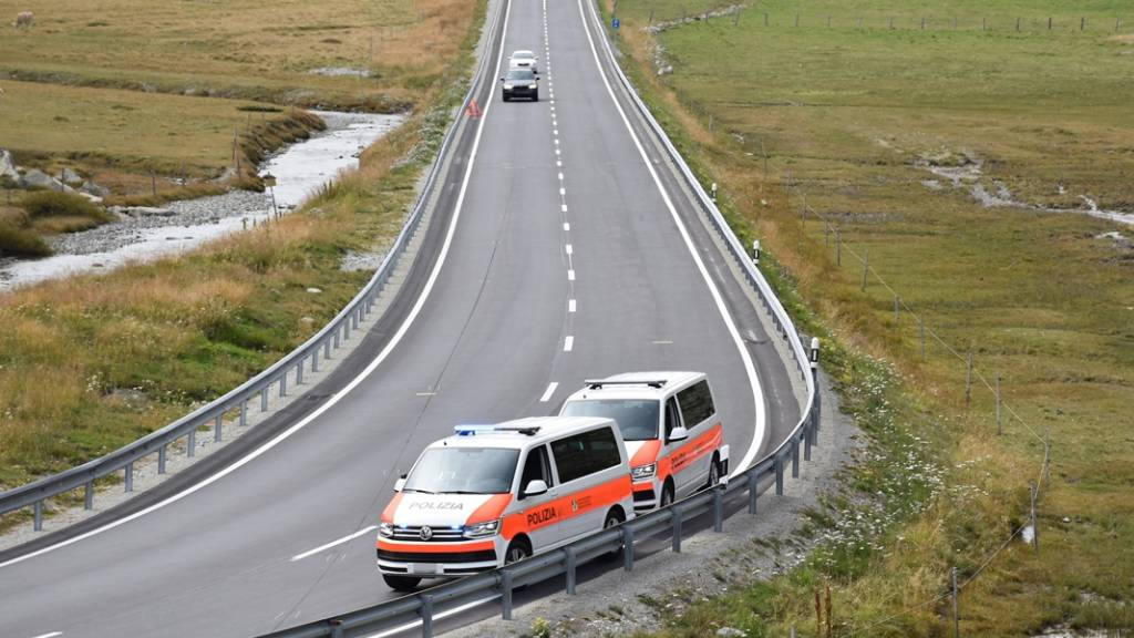 Töfffahrer fährt auf Alp Güglia am Julierpass in Leitplanke