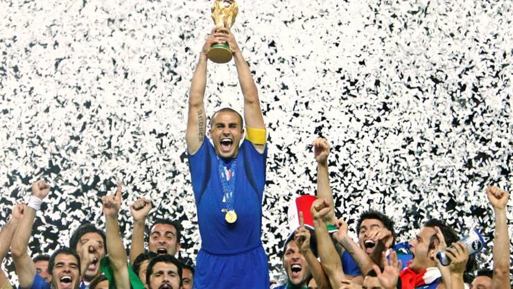 2006 gewann Italien die Fussball WM – und die Italiener waren für einmal Italiener: Fabio Cannavaro mit dem Pokal. LUCA BRUNO/keystone