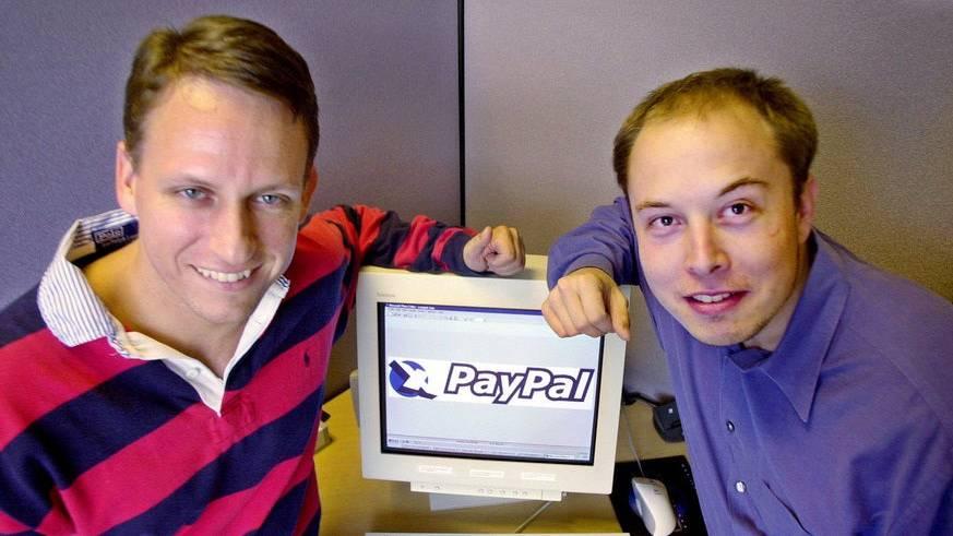 Der frühere PayPal-Geschäftsführer Peter Thiel, links, und Gründer Elon Musk, posieren 2000 in der Firmenzentrale in Palo Alto, Kalifornien. eBay Inc. gab 2002, bekannt, dass man das Fintech-Unternehmen für mehr als 1,3 Milliarden Dollar in Aktien übernehme.